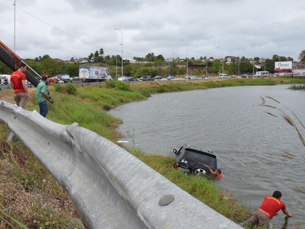 Carro cai em lagoa de João Pessoa (Foto: Walter Paparazzo/G1)