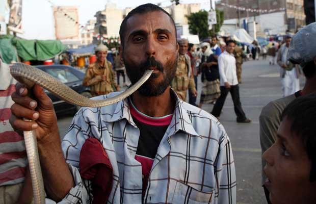 Manifestante brinca com cobra durante protesto contra o governo de Ali Abdullah Saleh, na praça Tagheer, em Sanaa, nesta terça-feira (3) (Foto: Ahmed Jadallah/Reuters)