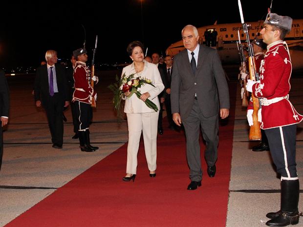 A presidente Dilma Rousseff, ao desembarcar na noite desta terça (4) em Sófia, na Bulgária, onde terá encontros com o presidente, Georgi Parvanov, e com o primeiro ministro, Boyko Borissov (Foto: Roberto Stuckert Filho/PR)