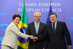 A presidente Dilma Rousseff foi recebida pelo presidente do Concelho Europeu, Herman Van Rompuy (C), e pelo presidente da Comissão Europeia, José Manuel Barroso. (Foto: John Thys / AFP Photo)