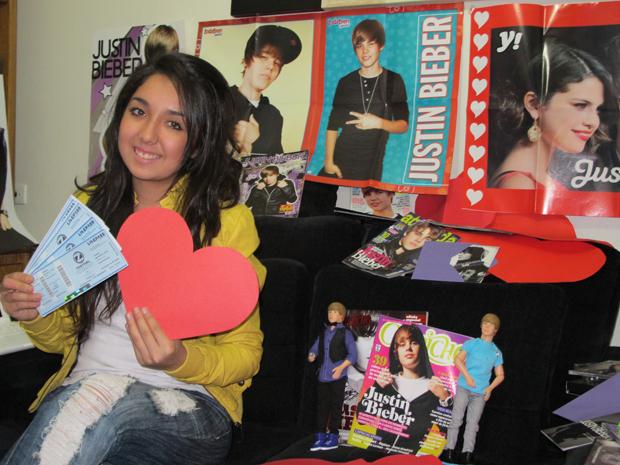 Estudante de radialismo vai ajudar a distribuir corações vermelhos nas filas do shows do Justin Bieber (Foto: Letícia Macedo/ G1)