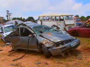 Carro ficou destruído após acidente (Foto: Reprodução/EPTV)