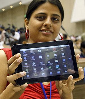 Estudante indiana mostra o tablet Aakash em seu lançamento em Nova Déli (Foto: Gurinder Osan/AP)