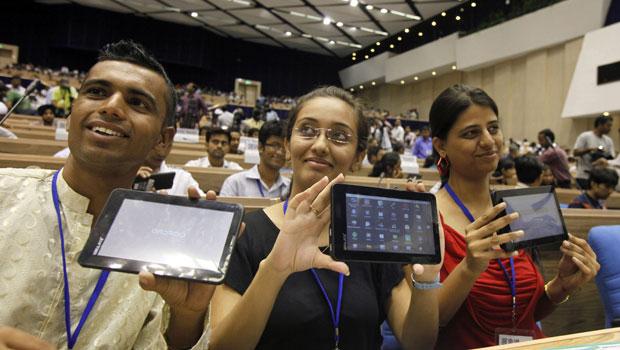 Estudantes indianos mostram os seus tablets que foram oferecidos pelo governo da Índia (Foto: Gurinder Osan/AP)