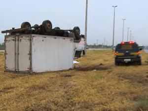 Caminhão de pequeno porte capota na BR-070 na madrugada desta quarta-feira (4). Passageiro morreu no local do acidente. Motorista teve apenas ferimentos leves. (Foto: Reprodução/TV Globo)