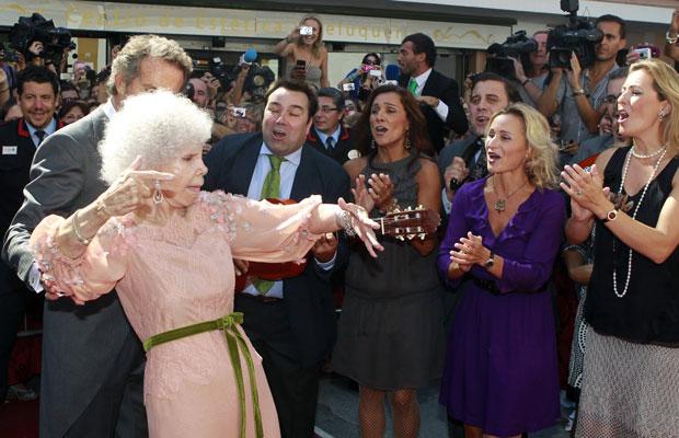 Duquesa de Alba dança flamenco ao lado do novo marido na entrada do palácio (Foto: Javier Diaz/Reuters)