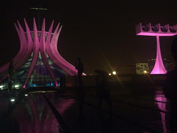 Catedral de Brasília foi iluminada no mesmo momento que o Cristo Redentor, no Rio. (Foto: Lívia Mota/G1)