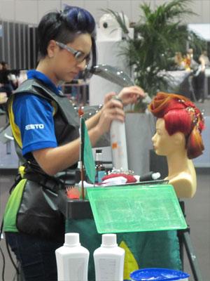 Daniela Mello participa de prova para cabeleireiros (Foto: Vanessa Fajardo/G1)