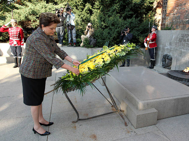 A presidente Dilma Rousseff ao depositar flores no túmulo de um soldado desconhecido (Foto: Roberto Stuckert Filho / Presidência)
