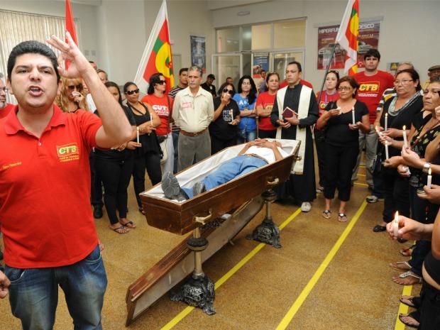 """Bancários em greve realizam enterro simbólico em protesto contra o """"interdito proibitório"""". (Foto: Drawlio Joca/Divulgação)"""