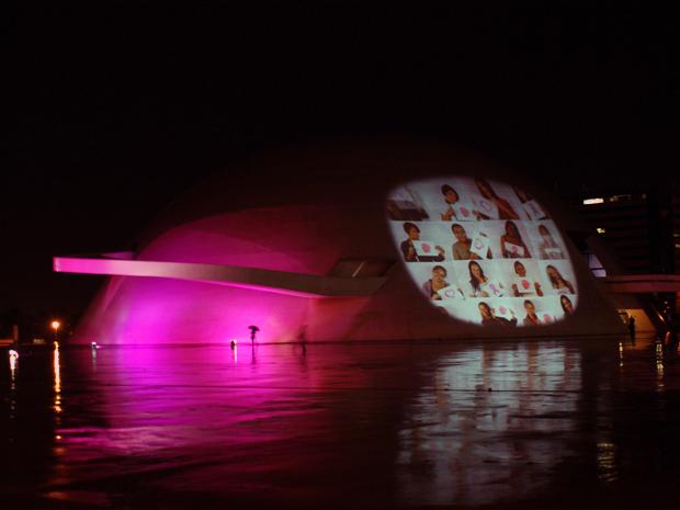 Museu Nacional da República, em Brasília também foi iluminado de rosa e recebeu projeções  (Foto: Vianey Bentes / TV Globo)