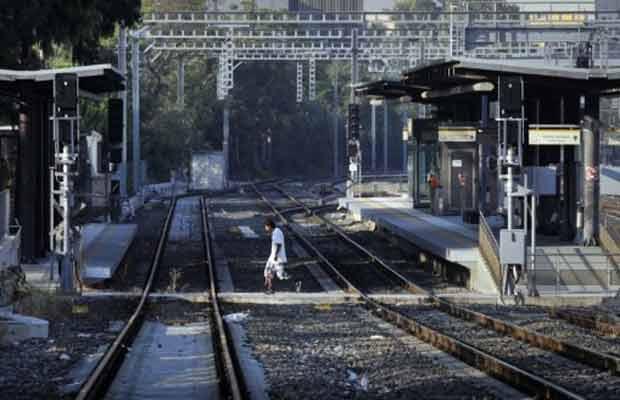 Homem passa pelos trilhos de estação vazia de trens nesta quarta-feira (5) em Atenas (Foto: Reuters)