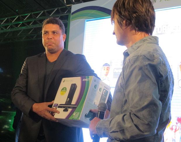 O ex-jogador Ronaldo participou do evento de lançamento do Xbox 360 fabricado no Brasil na cidade de São Paulo na noite de terça-feira (4). (Foto: Gustavo Petró/G1)