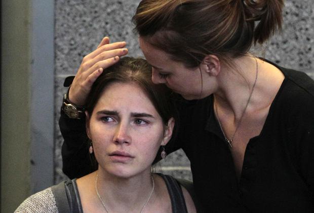 Amanda Knox é confortada pela irmã Deanna logo após chegar a Seattle nesta terça-feira (4) (Foto: AP)
