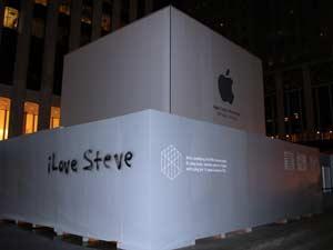 Homenagem foi escrita em tapume de obra de reforma da loja em Nova York (Foto: Bernardo Tabak/G1)