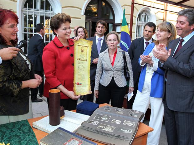 Dilma recebe homenagens no colégio Vassil Aprilov, onde o pai, Pedro Rousseff, estudou em Gabrovo, na Bulgária. (Foto: Roberto Stuckert Filho/PR)