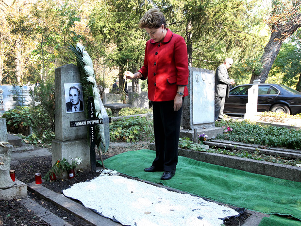 Dilma Rousseff durante visita ao túmulo do irmão Luben Roussev, em Sófia; após visita, ela foi para Gabrovo, terra natal do pai (Foto: Roberto Stuckert Filho / Presidência)