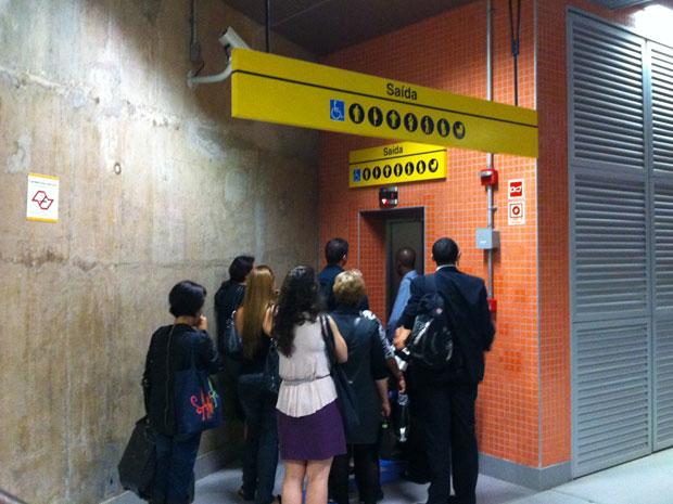 Usuários aguardam elevador na Estação Pinheiros (Foto: Juliana Cardilli/G1)