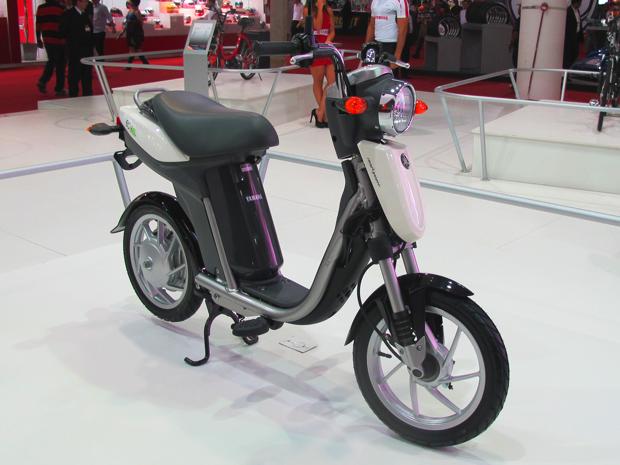 Além das bicicletas PAS, a Yamaha apresentou o scooter elétrico EC-03 (Foto: Rafael Miotto/ G1)