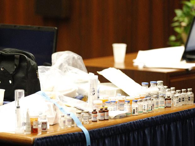 Dezenas de vidros de anestésicos e outras drogas são exibidas nesta quarta-feira (5) durante o jugalmento do ex-médico do cantor Michael Jackson, Conrad Murray (Foto: AP)