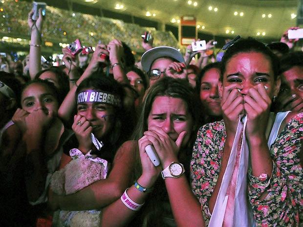 Fãs choram durante o show de Justin Bieber no Rio. Apresentação foi maracada por histeria das adolescentes, que girtaram durante os 90 minutos em que o cantor permanceu no palco (Foto: Alexandre Durão/G1)