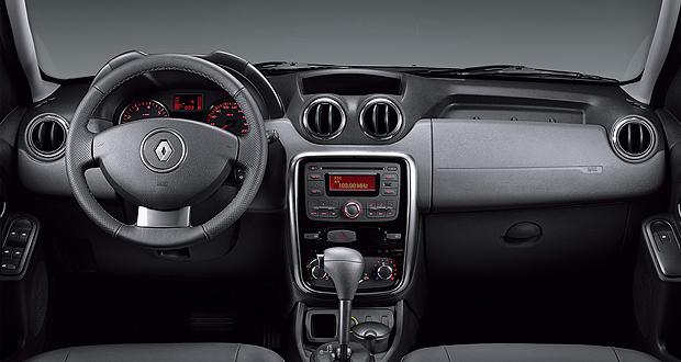 Interior do Renault Duster utiliza plásticos pouco agradáveis ao toque (Foto: Divulgação)