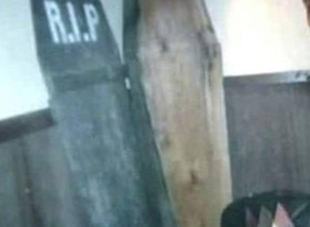 Menino era forçado a dormir dentro de um caixão no porão da casa. (Foto: Reprodução)