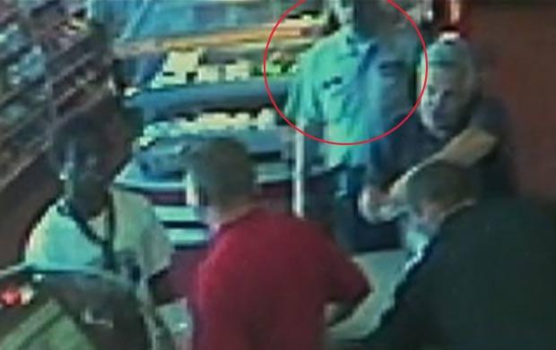 Ladrão roubou mercado sendo observado por policial. (Foto: Reprodução/WSBTV)