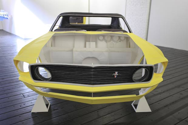 Ford Mustang 1969 foi feito inteiramente de papel. (Foto: Laurentiu Garofeanu/Barcroft USA/Getty Images)