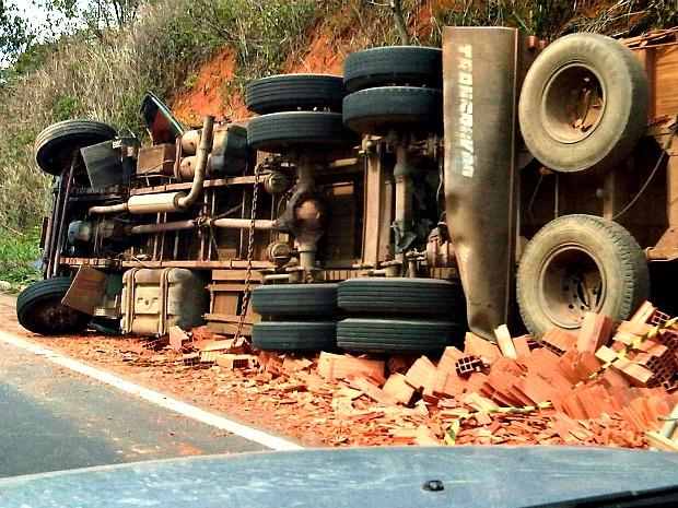 Homem morre em acidente na BR-101, no Norte do ES (Foto: Thiago Moura / VC no ESTV)