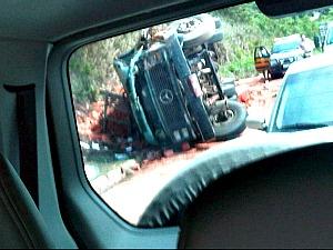 Caminhão de lajotas tomba e motorista morre na BR-101, no ES (Foto: Thiago Moura / VC no ESTV)