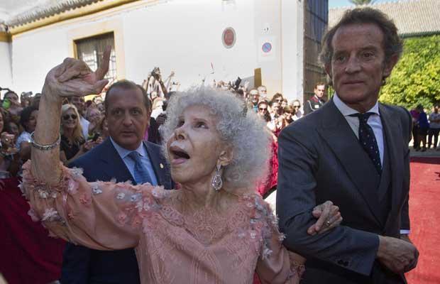 Maria del Rosario Cayetana Alfonsa Victoria Eugenia Francisca Fitz-James Stuart y de Silva, a Duquesa de Alba, com seu marido, Alfonso Diez, após seu casamento em Sevilha nesta quarta-feira (5) (Foto: AP)
