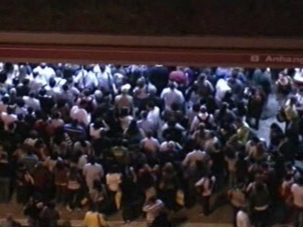 Estação Anhangabaú, no Centro de São Paulo, fica lotada de passageiros com falha em linha da CPTM (Foto: Reprodução/TV Globo)