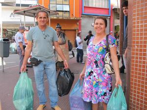 Casal de Valinhos, no interior de SP, foi cedo fazer compras no centro popular (Foto: Juliana Cardilli/G1)