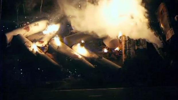 Vagões são vistos em chamas em frame de gravação feita durante a madrugada desta sexta (7) (Foto: AP/ABC TV)