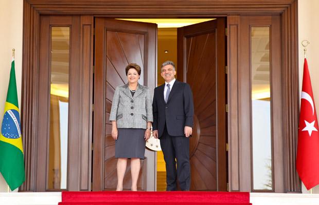 Dilma e o presidente da Turquia, Abdullah Gül, em foto durante cerimônia oficial de chegada no Palácio Presidencial de Çankaya, em Ancara, na Turquia (Foto: Roberto Stuckert Filho / Presidência)