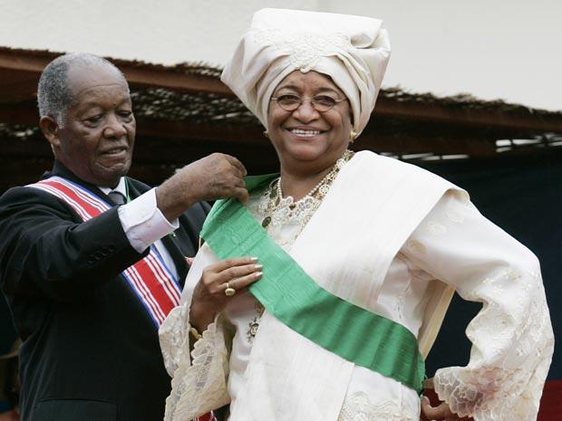 Ellen Johnson Sirleaf recebe a faixa durante sua posse, em 16 de janeiro de 2006, em Monróvia, capital da Libéria (Foto: AP)