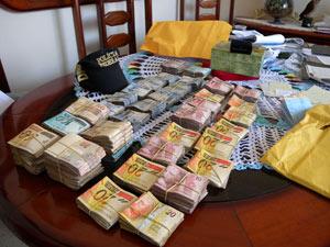 Dinheiro apreendido num galpão onde a PF encontrou carros importados (Foto: Divulgação/PF)