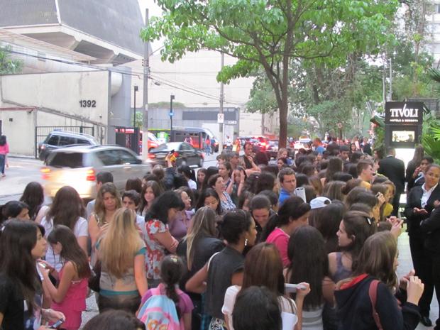 Fãs de Justin Bieber gritam pelo cantor em hotel em São Paulo nesta sexta-feira (7) (Foto: G1)