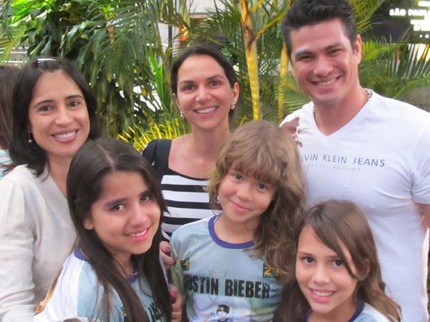 As fãs de 9 anos Paloma Alkmim, Isadora Witczak e Maria Eduarda Verano acompanhadas de seus pais Mariana Verano, Glicelia Pereira e Ricardo Nakai esperam por Justin Bieber em hotel em SP (Foto: G1)