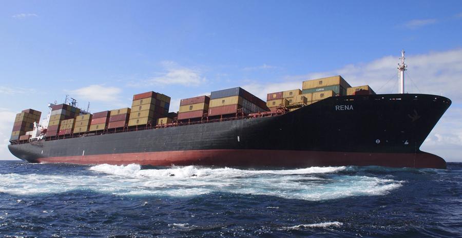 Imagem feita no dia 5 de outubro mostra o navio Rena, da Libéria, encalhado em um recife na costa da Nova Zelândia. (Foto: Reuters)