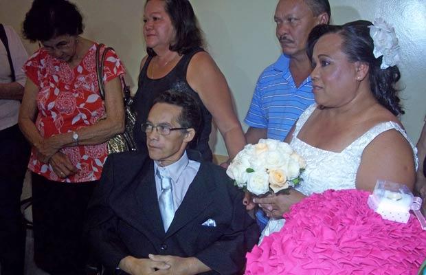 José Antônio Escórcio ao lado da noiva, Marinalva dos Santos, com quem já vive há 21 anos; casou formalizou união nesta sexta-feira (7) em hospital de Brasília (Foto: Mariana Zoccoli/G1)