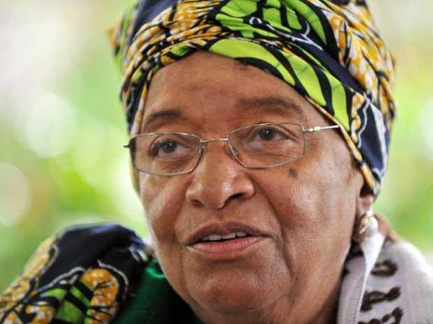 A presidente da Libéria, Ellen Johnson Sirleaf, dá entrevista nesta sexta-feira (7) na capital, Monróvia (Foto: AFP)
