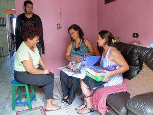 'Agente de leitura'  apresenta oferta dentro da casa de moradora em SP (Foto: Darlan Alvarenga/G1)