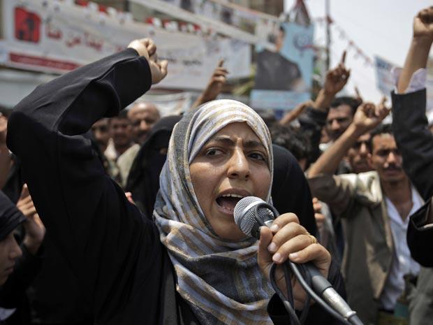 A ativista iemenita Tawakkul Karman durante protesto contra o governo em 27 de junho, em Sanaa (Foto: AP)