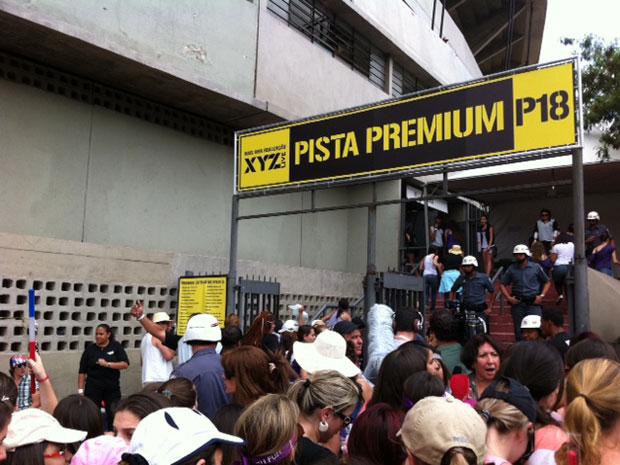 Policiais controlam entrada de fãs (Foto: Luciana Bonadio/G1)