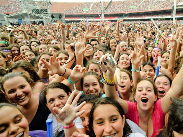 Garotas cantam as músicas do Cine, que abriu o show de Justin Bieber no Morumbi neste sábado (8) (Foto: Flavio Moraes/G1)