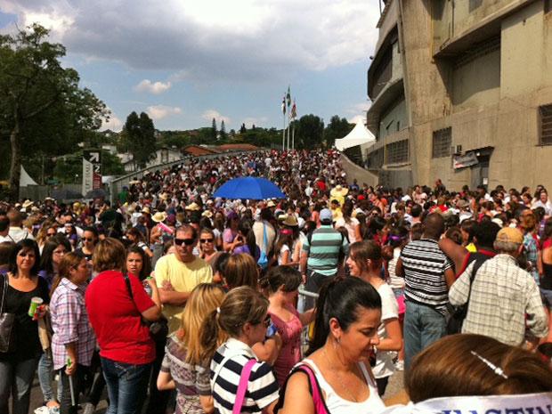Rampas do Morumbi são tomadas por fãs de Justin Bieber após abertura dos portões (Foto: Luciana Bonadio/G1)