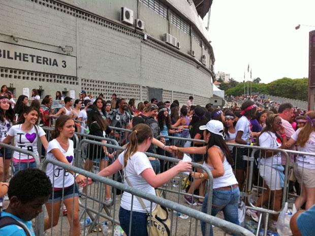 Adolescentes correm na entrada da pista (Foto: Luciana Bonadio/G1)