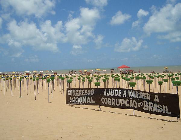 Protesto contra corrupção finca vassouras na praia de Tambaú, em João Pessoa (PB) (Foto: Krystine Carneiro/G1 PB)